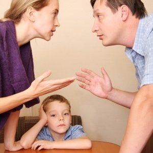 הורים מתווכחים מול הילד